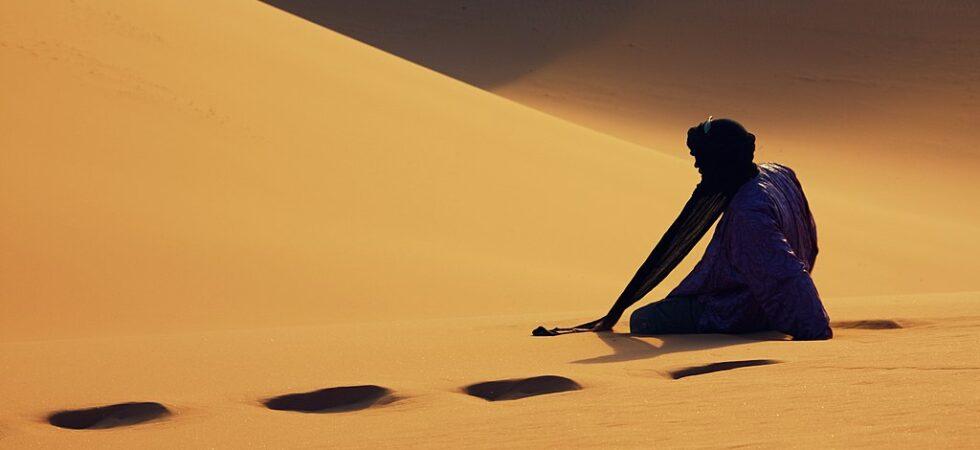 Touareg sur la dune de Timerzouga, à Tadrart dans la commune de Djanet, Wilaya d'Ilizi, à 20 km de la frontière algéro-libyenne (Parc culturel du Tassili)