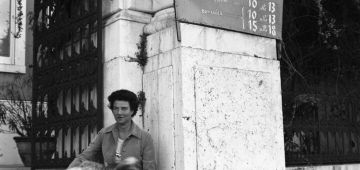 Peggy Guggenheim sur les marches de la terrasse du Grand Canal, à l'occasion de la première exposition qu'elle a organisée au Palazzo Venier dei Leoni : Mostra di Scultura Contemporanea, Venise, septembre 1949. © Peggy Guggenheim Collection Archives, Venise, Solomon R. Guggenheim Foundation. Photo Archivio Cameraphoto Epoche Gift, Cassa di Risparmio di Venezia, 2005.